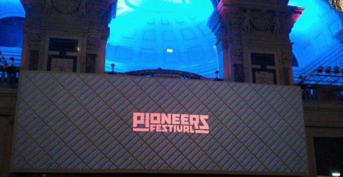DJs und Lichtshow im Hauptsaal des Pioneers Festivals