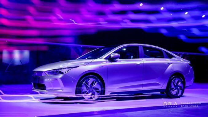 Der chinesische Automobilhersteller Geely stellt seine neue Elektroauto-Reihe Geometry vor. Kann das Geometry A dem Model 3 Konkurrenz machen?