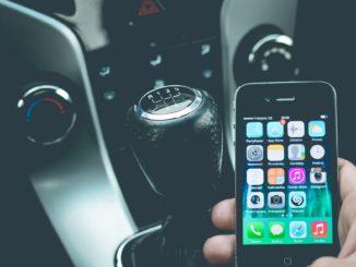 Einer Studie von Zendrive zufolge ist das Problem unaufmerksamer Autofahrer hauptsächlich durch Smartphone-User verursacht, die von ihrem Gerät abhängig sind.Genauer setzt die Studie Telefonabhängige unverblümt mit betrunkenen Fahrern gleich.