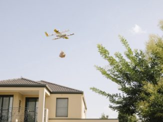 Die Muttergesellschaft, Alphabet, beginnt nach jahrelangen Tests in Canberra nun seinen Air Delivery Service. Wing, so der Name der Drohne, beginnt mit der Auslieferung der Waren an Kunden in der Region, welche ihre Waren über eine App geordert haben.